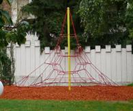 Монтаж на въжени пирамиди за детска игра