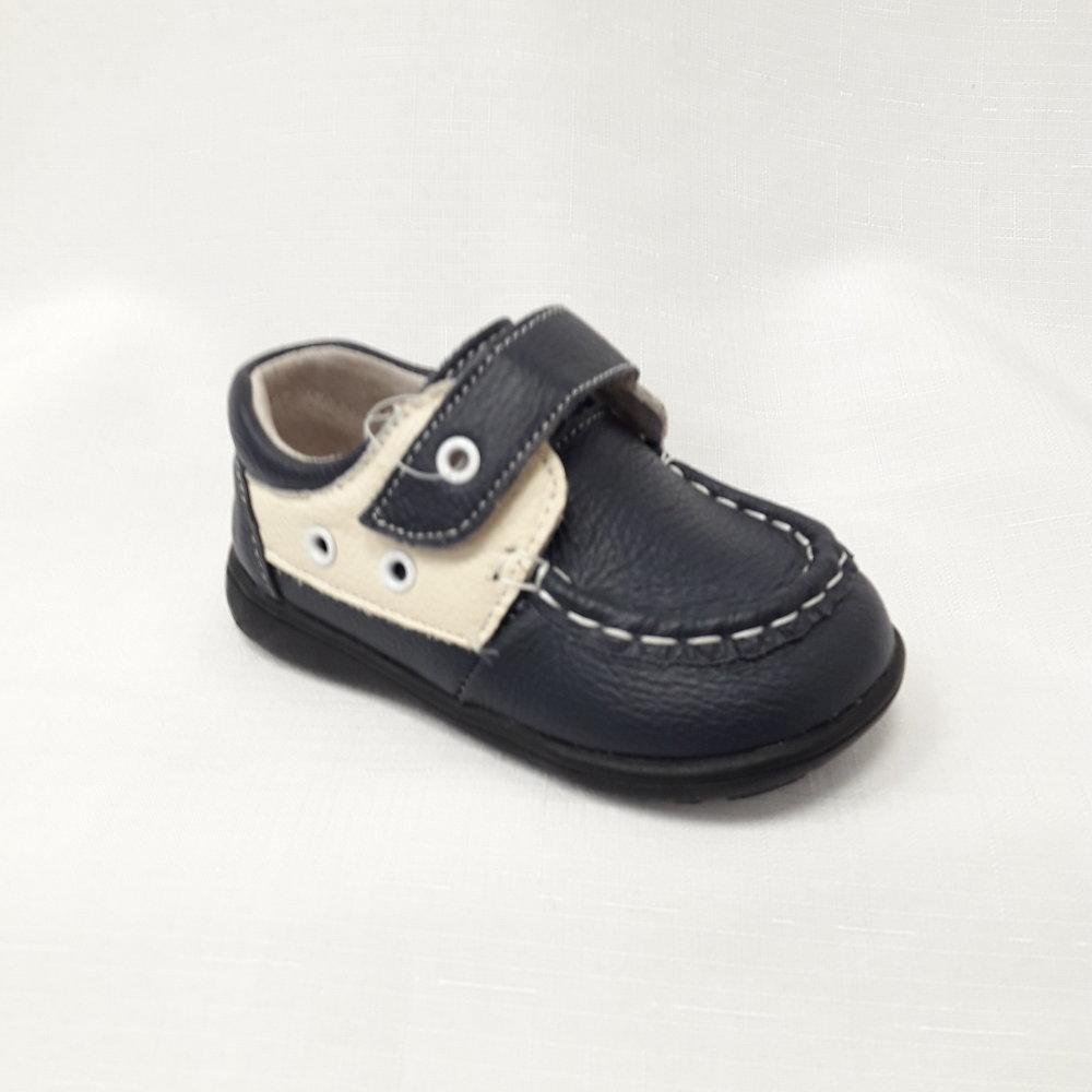 Тъмно сини бебешки обувки от естествена кожа.