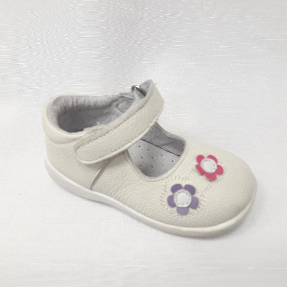 Бели бебешки обувки с цветя от естествена кожа.