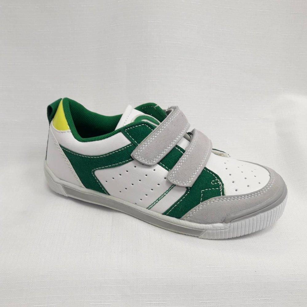 Бели детски маратонки със зелена украса.