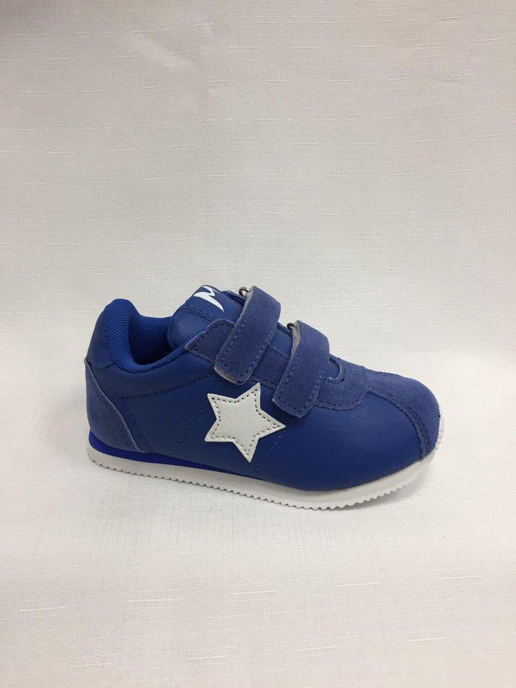 Сини детски маратонки със звезда.