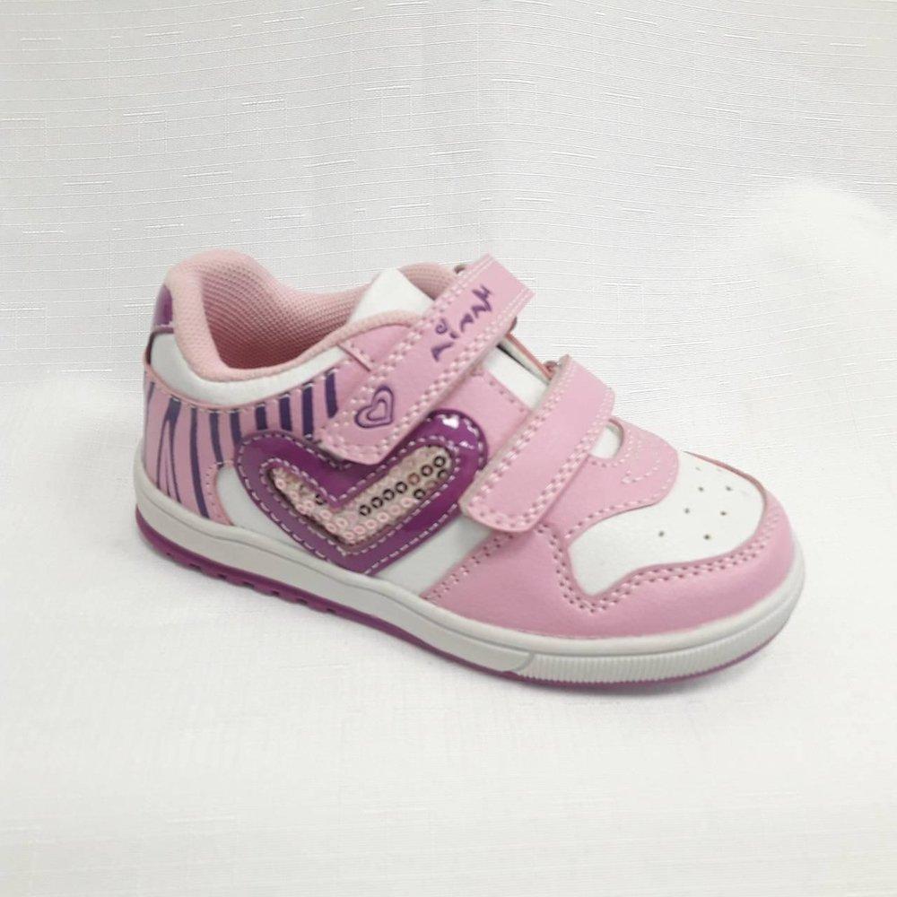 Розови маратонки за момиче с декорация-сърце.